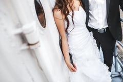 Sposa e sposo di nozze sulla piattaforma della barca, coppia alla moda fotografie stock