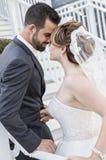Sposa e sposo faccia a faccia sulle scale Immagini Stock Libere da Diritti