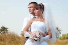 Sposa e sposo felici all'aperto Immagine Stock Libera da Diritti