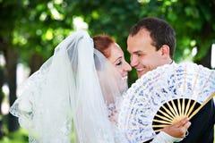 Sposa e sposo felici con il ventilatore immagini stock