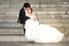 Sposa e sposo felici sul loro giorno delle nozze. Immagine Stock Libera da Diritti