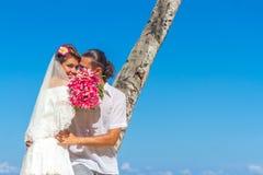 Sposa e sposo, giovane coppia amorosa, sul loro giorno delle nozze, outd Fotografie Stock Libere da Diritti