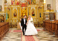 Sposa e sposo nella chiesa Fotografia Stock