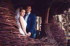 Sposa e sposo nella costruzione del legno Fotografia Stock