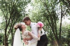 Sposa e sposo nella foresta immagine stock