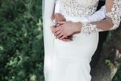 Sposa e sposo nella foresta fotografie stock
