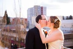 Sposa e sposo Outdoors in città Immagine Stock