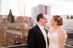 Sposa e sposo Outdoors in città Immagine Stock Libera da Diritti