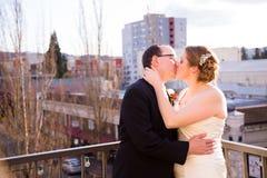 Sposa e sposo Outdoors in città Fotografia Stock Libera da Diritti