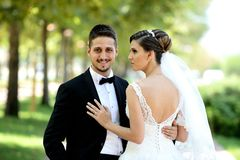 Sposa e sposo in parco naturale Fotografia Stock