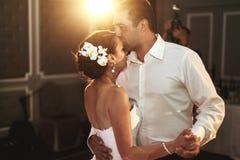 Sposa e sposo romantici della coppia sposata Fotografia Stock