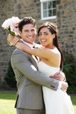Sposa e sposo romantici Embracing Outdoors Immagini Stock Libere da Diritti