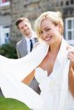Sposa e sposo romantici Outdoors Fotografia Stock Libera da Diritti