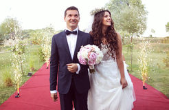 Sposa e sposo su tappeto rosso che circonda dal firew Immagini Stock