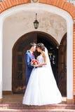 Sposa e sposo su un momento romantico all'aperto Fotografie Stock