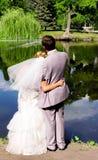Sposa e sposo sullo stagno fotografia stock
