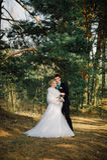 Sposa e sposo in un baciare della sosta le persone appena sposate sposa e sposo delle coppie alle nozze nella foresta di verde de Immagine Stock Libera da Diritti