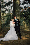 Sposa e sposo in un baciare della sosta le persone appena sposate sposa e sposo delle coppie alle nozze nella foresta di verde de Immagini Stock