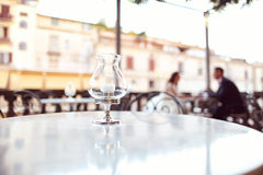Sposa e sposo in un ristorante all'aperto Immagini Stock Libere da Diritti