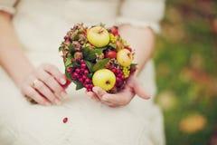 Sposa ed i suoi fiori Fotografia Stock Libera da Diritti