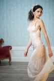 Sposa elegante che osserva sopra la sua spalla Fotografia Stock Libera da Diritti