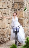 Sposa felice che guida una bici Fotografie Stock Libere da Diritti