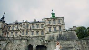 Sposa felice che salta in vestito da sposa sulla a video d archivio