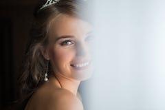 Sposa felice che sorride alla macchina fotografica Fotografie Stock