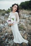 Sposa felice in collina della montagna sul tramonto Fotografia Stock Libera da Diritti