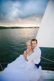 Sposa felice e sposo che abbracciano su un yacht Fotografie Stock Libere da Diritti