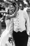 Sposa felice e sposo della coppia sposata che posano al primo piano b del balcone Fotografie Stock