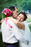 Sposa felice e sposo di bacio romantico immagini stock
