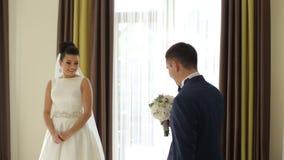 Sposa felice e sposo di lusso che stanno alla finestra archivi video