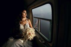 Sposa felice nell'elicottero Fotografia Stock Libera da Diritti