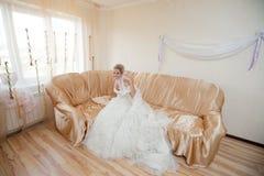 Sposa felice sul sofà Fotografie Stock Libere da Diritti