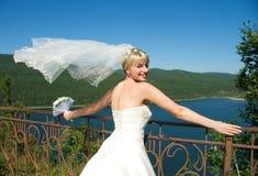 Sposa graziosa con un velare di volo Fotografia Stock Libera da Diritti