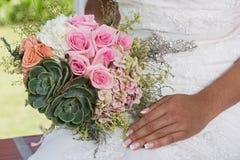 Sposa il suo giorno speciale con il suo mazzo a disposizione immagini stock libere da diritti