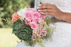 Sposa il suo giorno speciale con il suo mazzo a disposizione fotografia stock