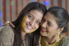 Sposa indù indiana con la pasta della curcuma sul fronte che abbraccia madre. Fotografia Stock Libera da Diritti