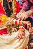 Sposa indiana con hennè dipinto sul braccio e sulle mani Immagine Stock Libera da Diritti
