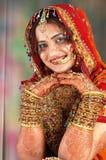 Sposa indiana in suo vestito da cerimonia nuziale che mostra i braccialetti Fotografie Stock
