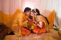 Sposa khmer cambogiana di tradizione di cerimonia di nozze e sposo Eating Fruit Fotografia Stock