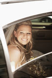 Sposa in limousine fotografie stock