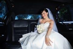 Sposa in limousine Immagini Stock