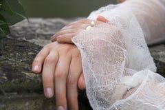 Sposa, mani e perla Immagini Stock Libere da Diritti