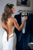 Sposa mezzo nuda immagine stock