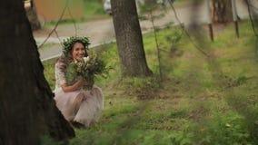 Sposa nascosta dietro la foresta dell'albero stock footage
