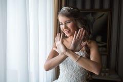 Sposa nella mattinata del giorno delle nozze Fotografia Stock Libera da Diritti