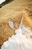 Sposa nella pila del fieno Immagine Stock Libera da Diritti