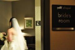 Sposa nella stanza della preparazione della sposa Fotografia Stock Libera da Diritti
